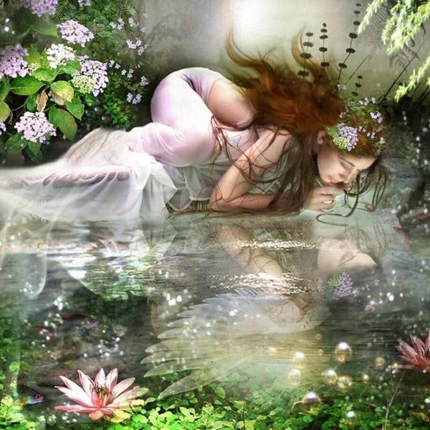 hermandadblanca_org_mujer-mirandose-en-el-agua-haciendo-de-espejo